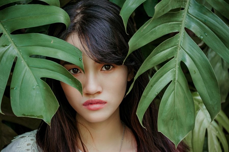 девушка в листве