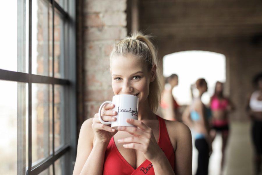 девушка с чашкой в кафе
