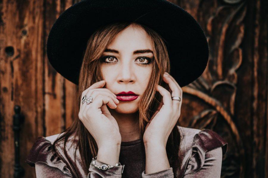 рыжая девушка в шляпе