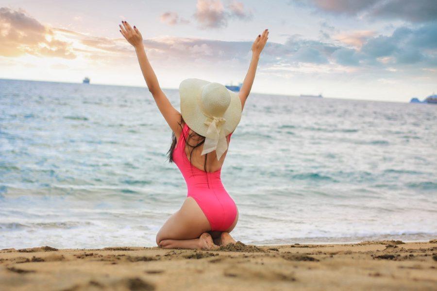 девушка в розовом купальнике