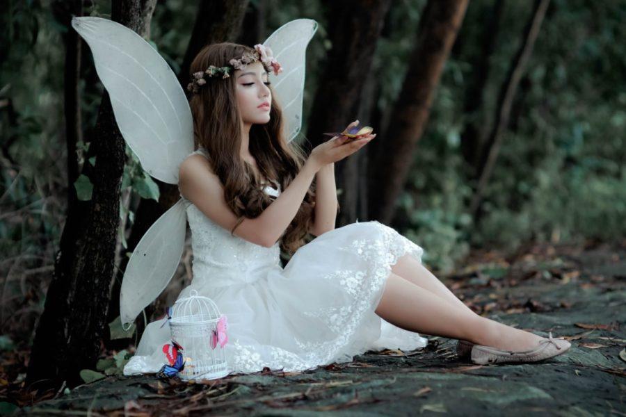 девушка в крыльях и сарафане