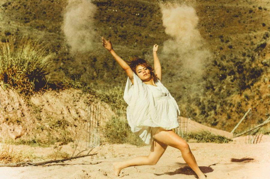 девушка танцует в пустыне
