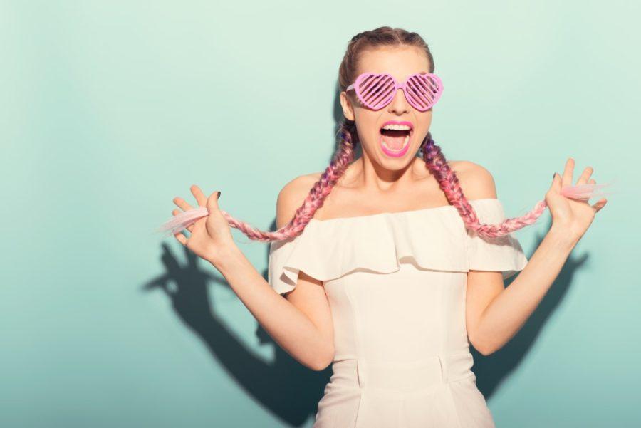 девушка в косичках и очках