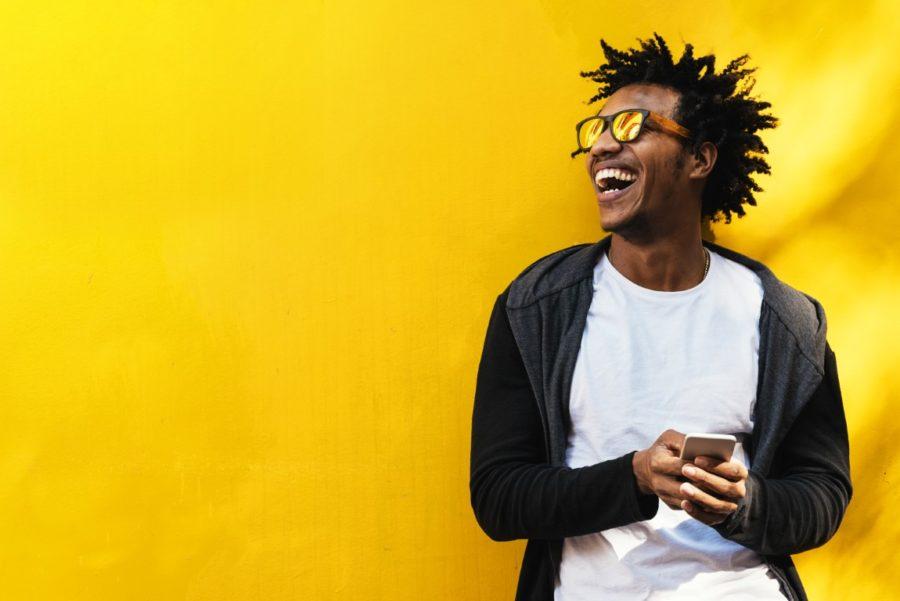 афроамериканец на желтом фоне