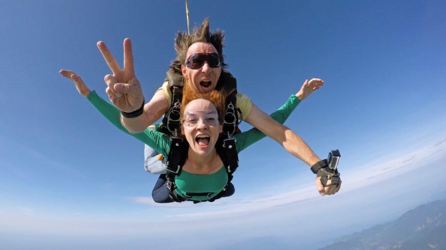 парень и девушка прыгают с парашютом