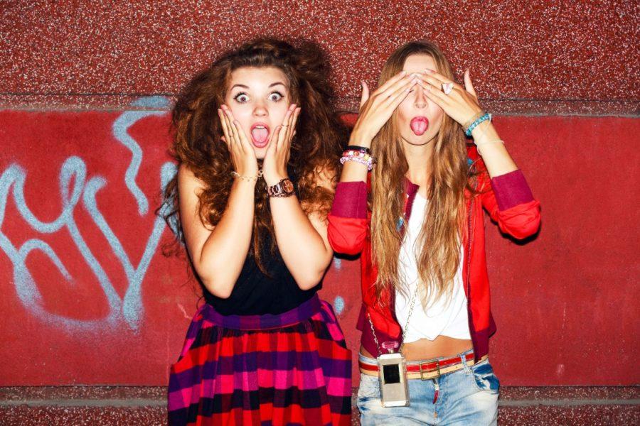 две девушки шутят