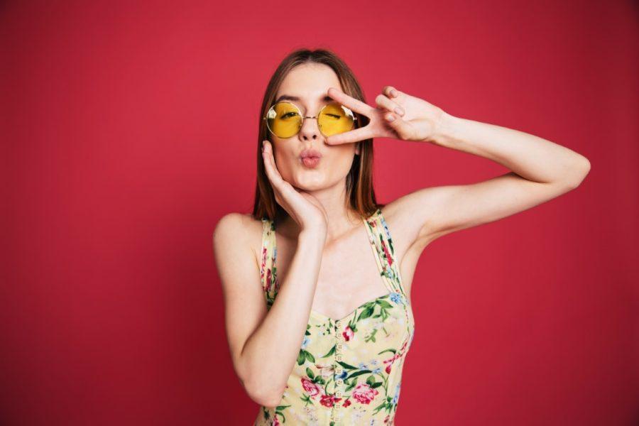 девушка в желтых очках на малиновом фоне