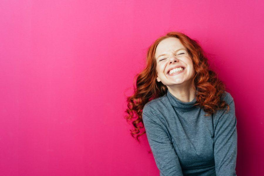 счастливая девушка на розовом фоне