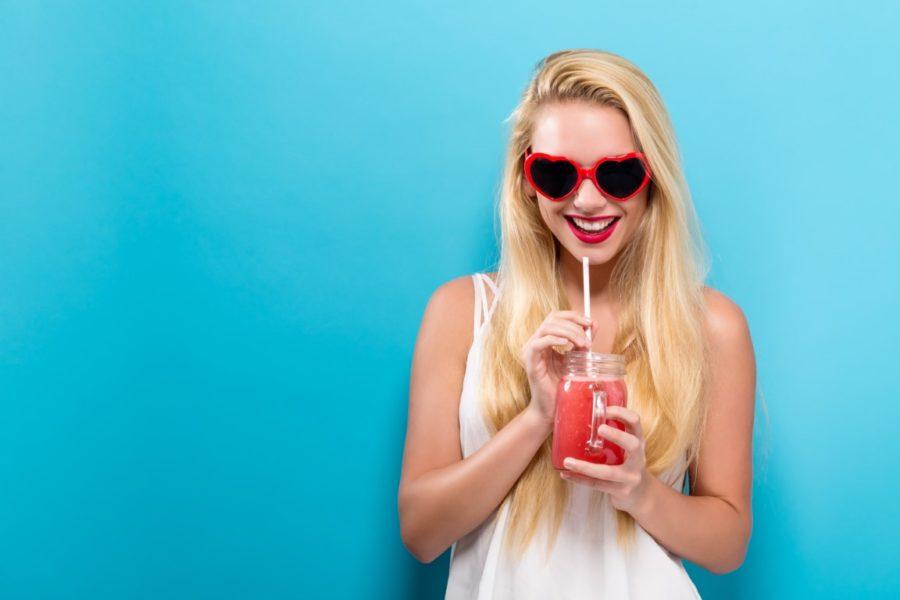 девушка в очках и с напитком