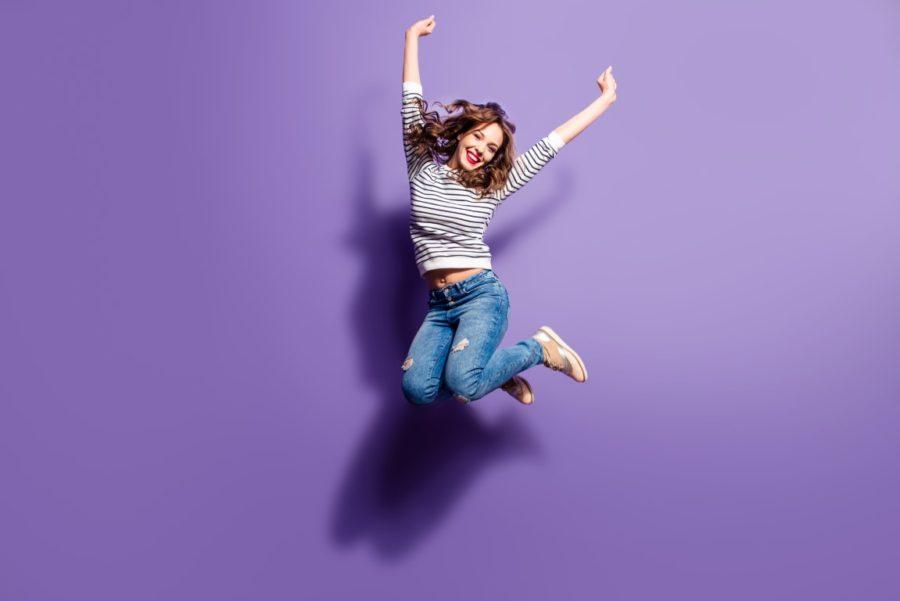 девушка прыгает на фиолетовом фоне