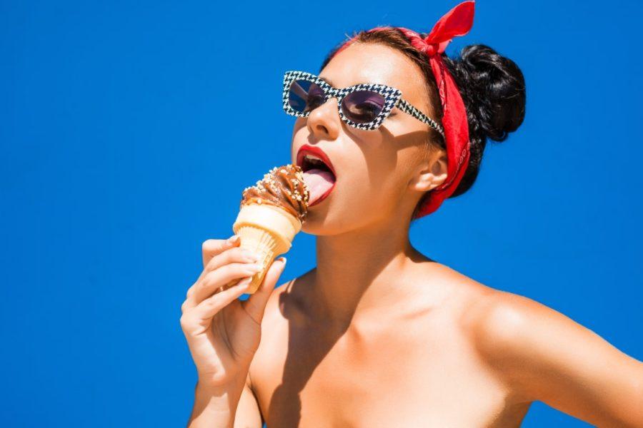 девушка ест мороженное