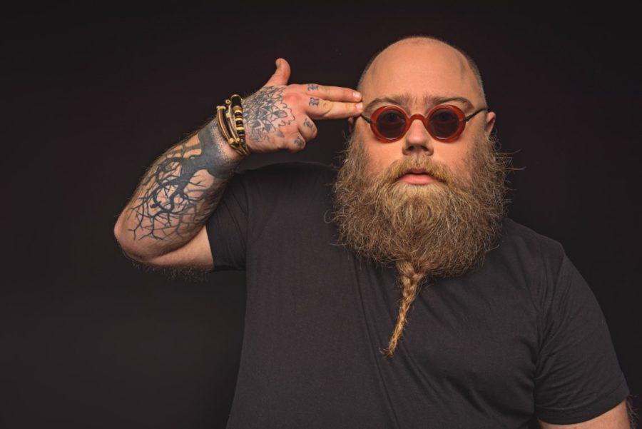 полный мужчина с бородой