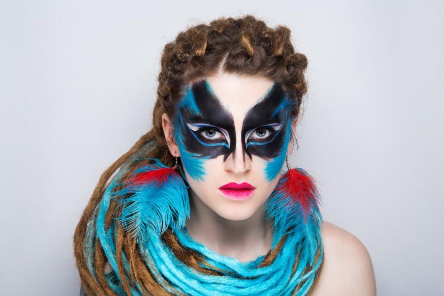 девушка странном макияже
