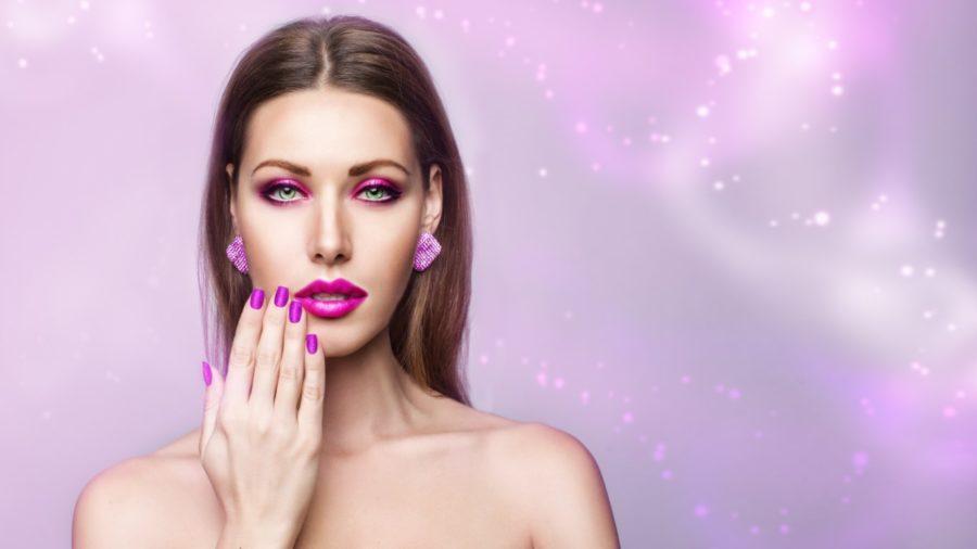 девушка с фиолетовыми ногтями