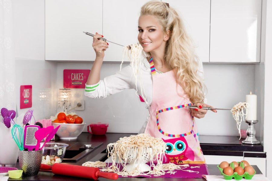 девушка готовит кушать