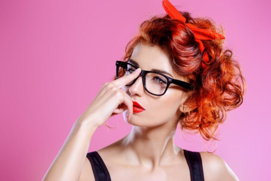 девушка поправляет очки