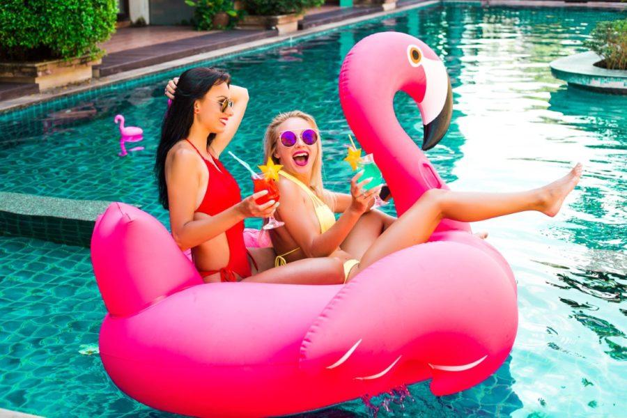 две девушки на резиновом фламинго