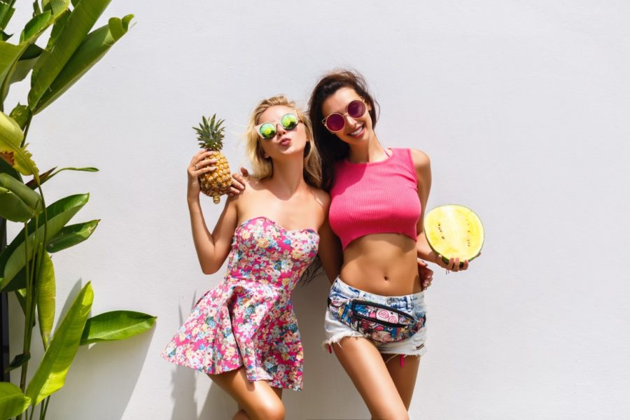 две девушки с фруктами