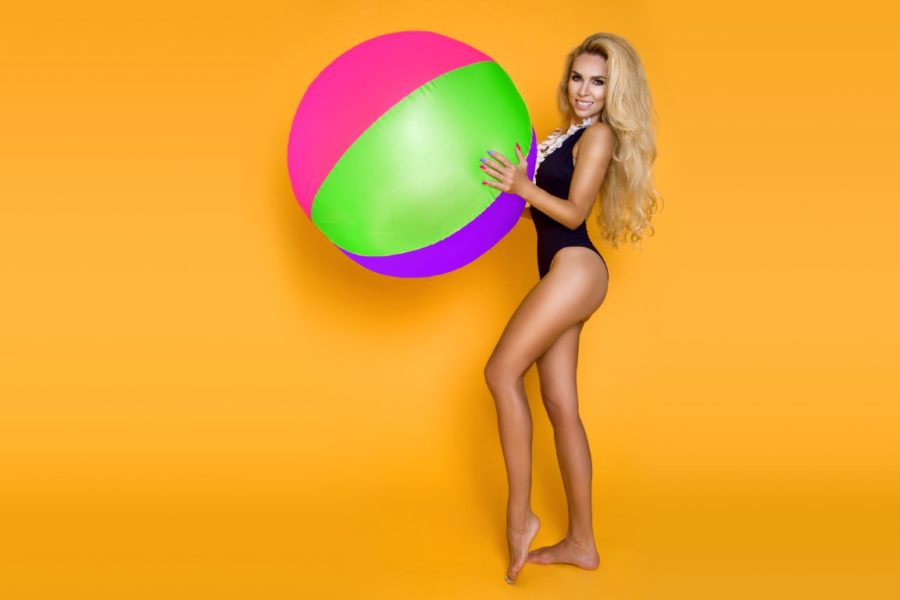 девушка с надувным мячом