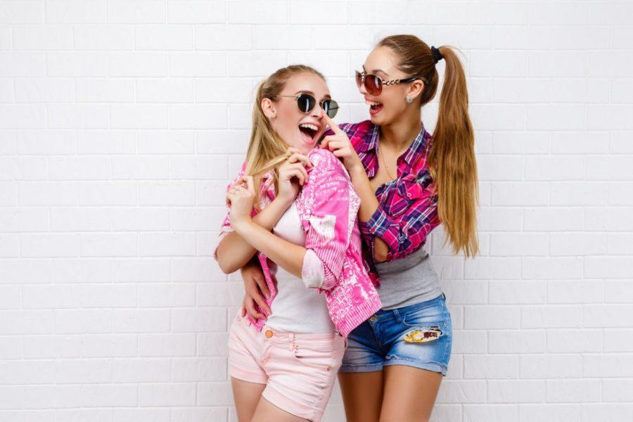 две девушки веселятся