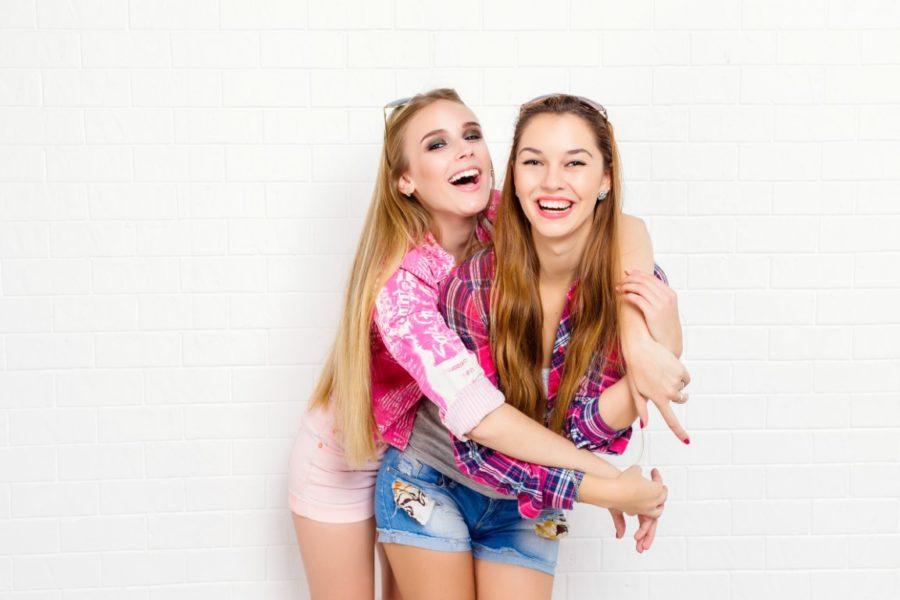 две счастливые девушки