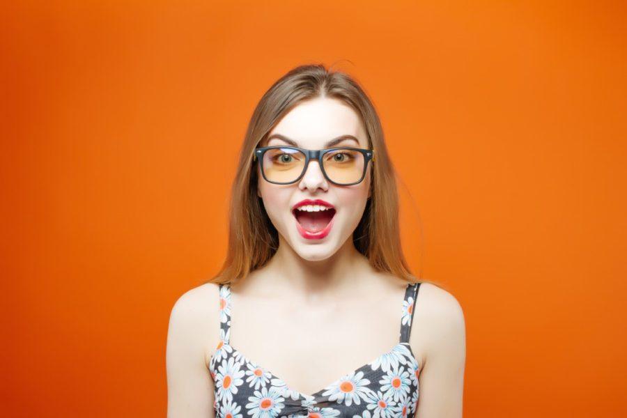 веселая девушка на цветном фоне