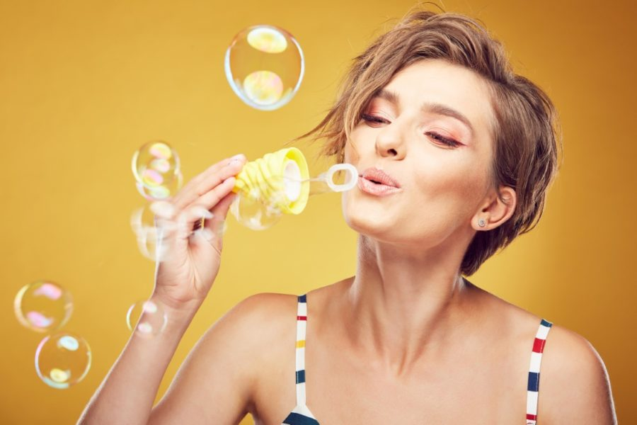 девушка и мыльные пузыри