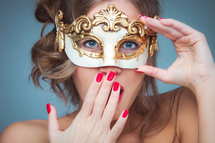 девушка в красивой маске