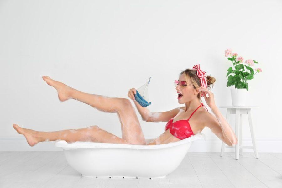 девушка прикалывается в ванной