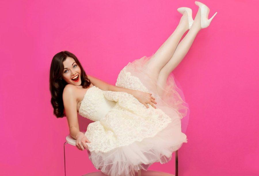 девушка на розовом фоне в платье