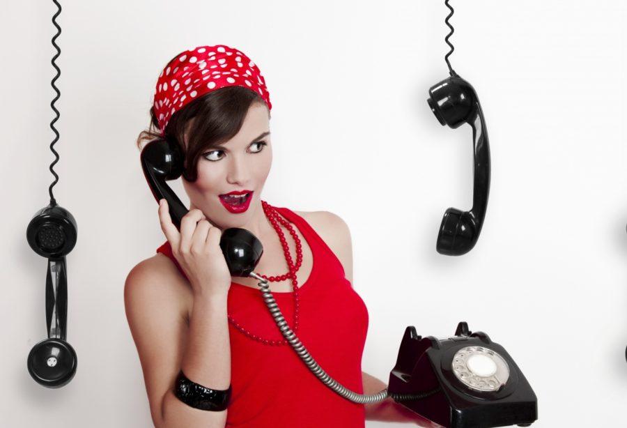 девушка с телефоном в бандане