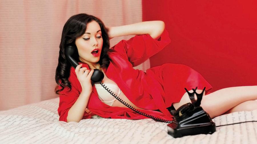 девушка в красном халате и телефоном