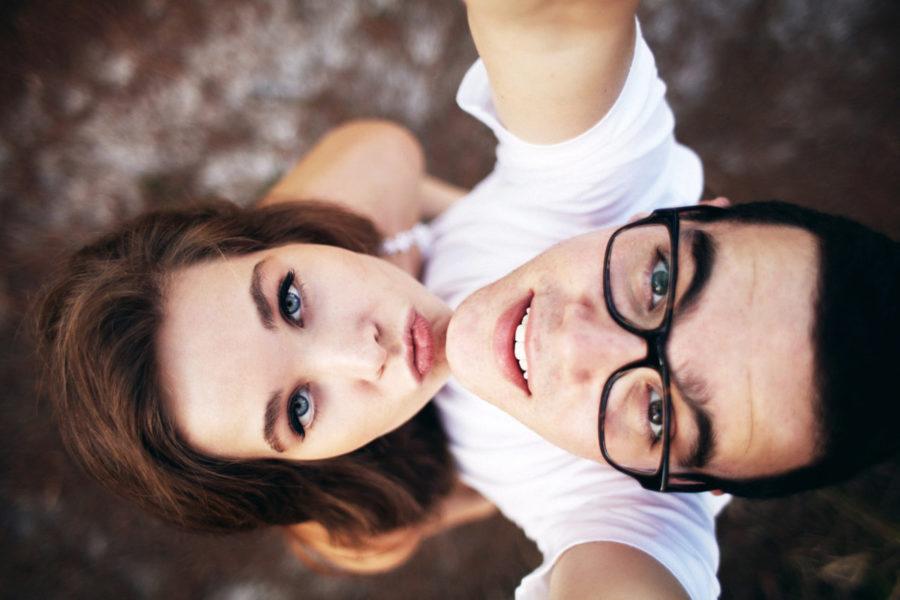 парень и девушка смотрят наверх