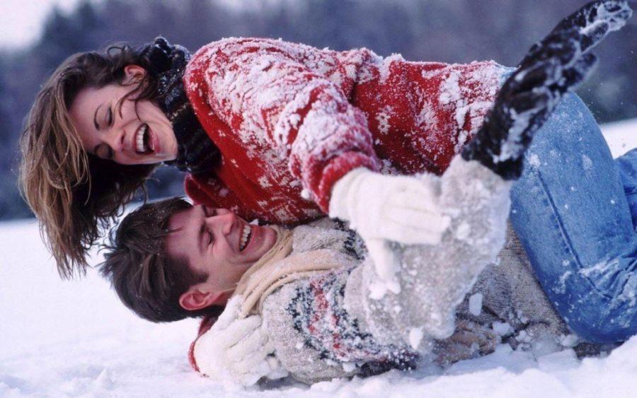 пара валяется в снегу