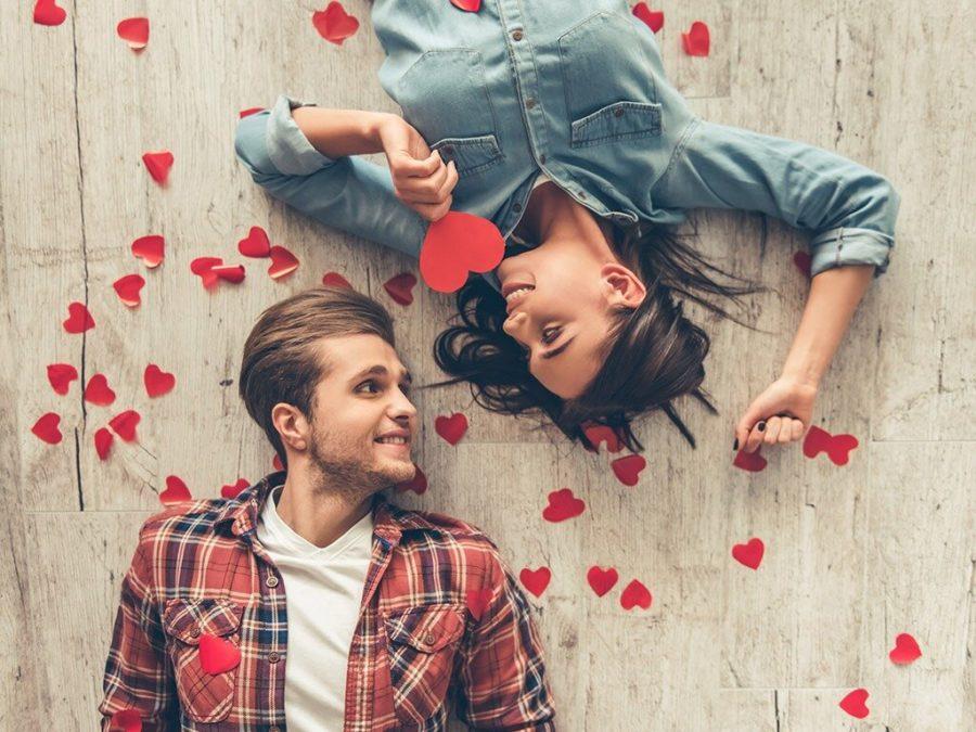 парень и девушка лежат на полу