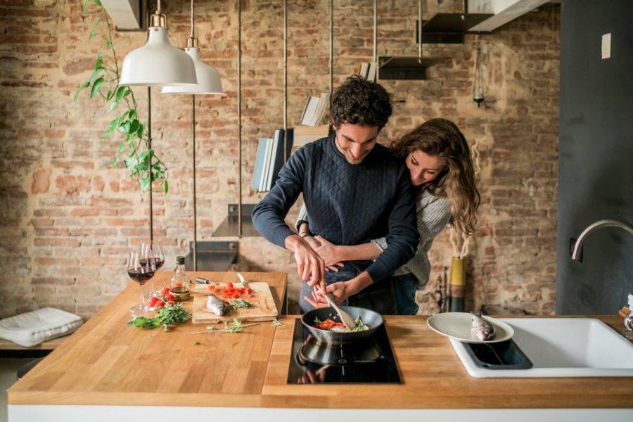 пара готовит на кухне