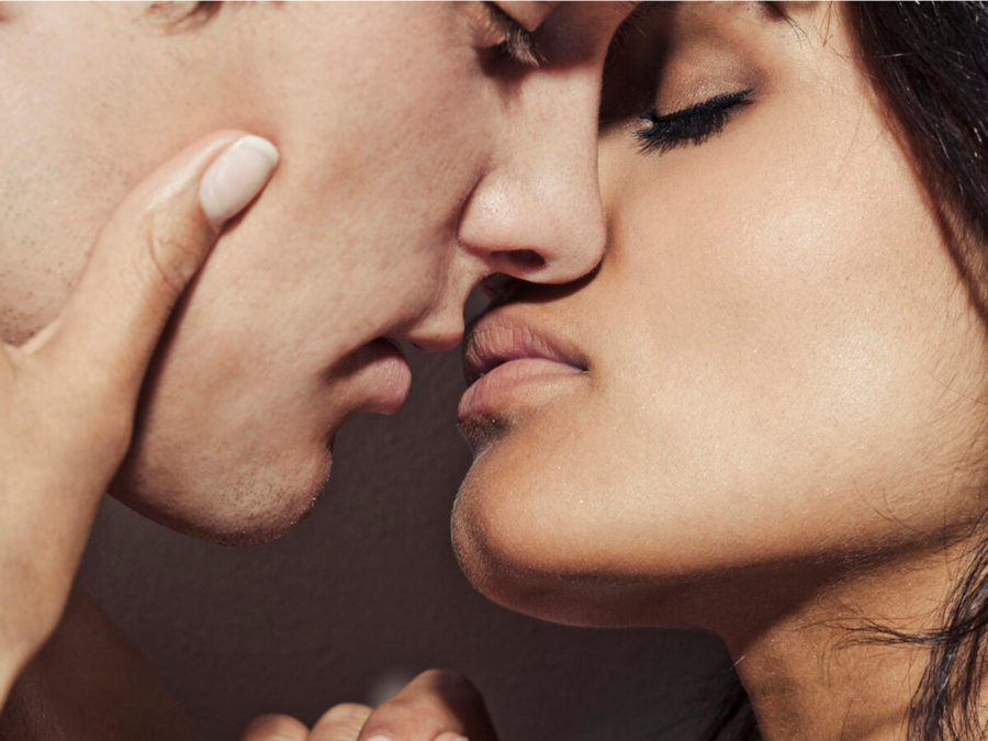 пара целуется 4