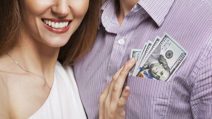 девушка достает деньги из кармана