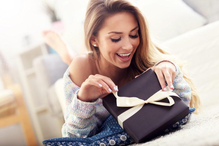 Радостная девушка с подарком