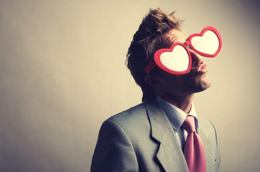 парень с очками в виде сердец