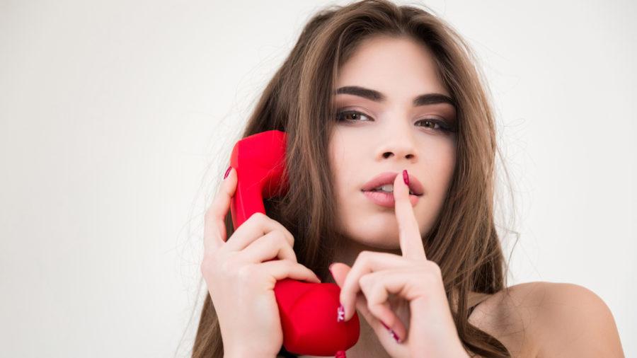 девушка с красным телефоном