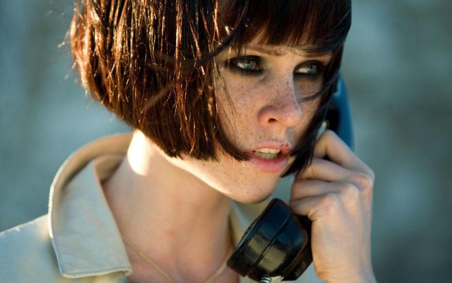 девушка с телефоном кадр из фильма