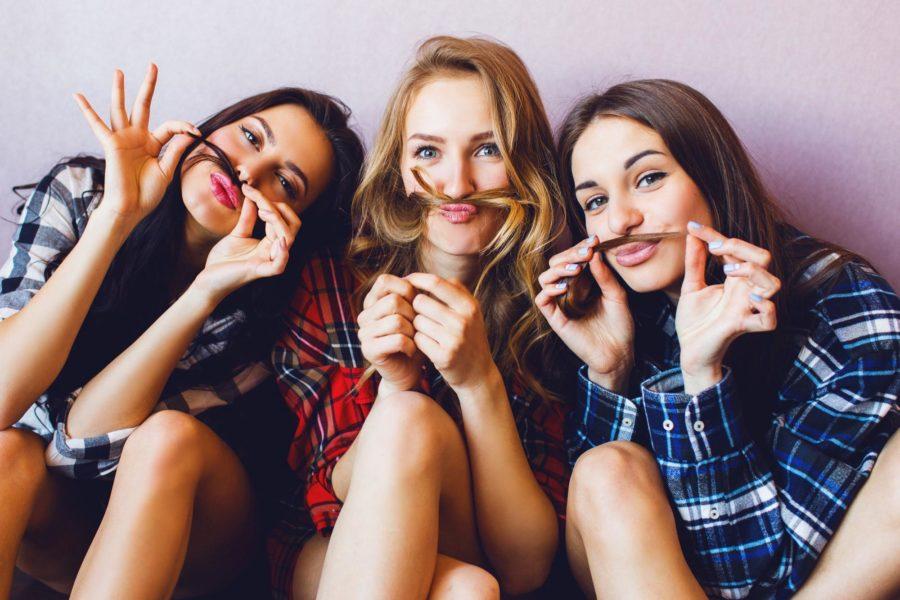 три веселые девушки