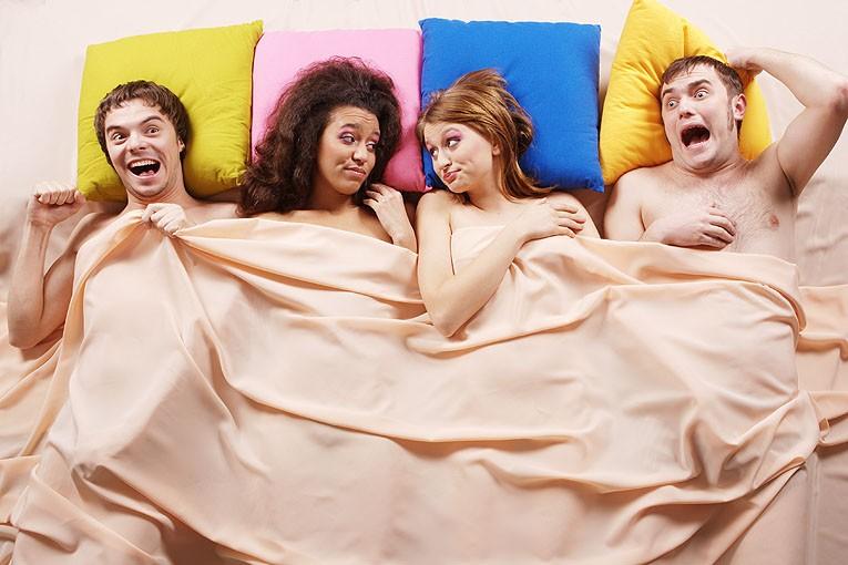 два парня и две девушки в кровати