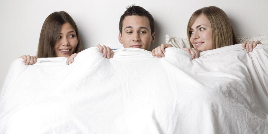 две девушки и парне в постели