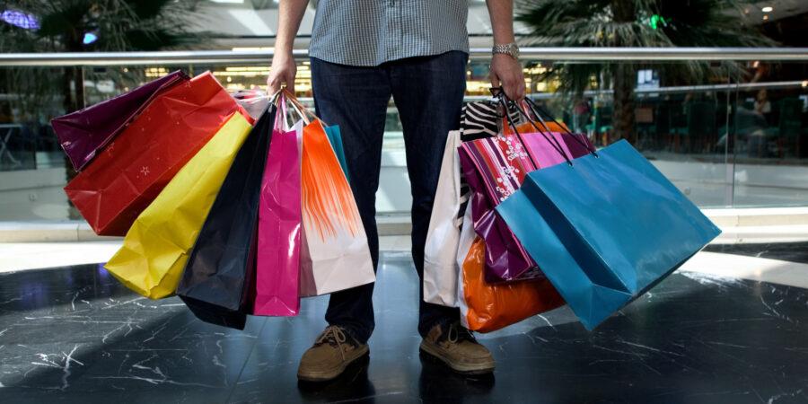 мужчина с пакетами покупок