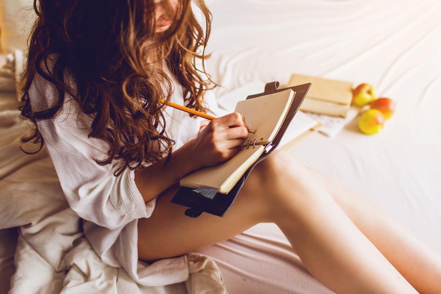 девушка пишет стихи