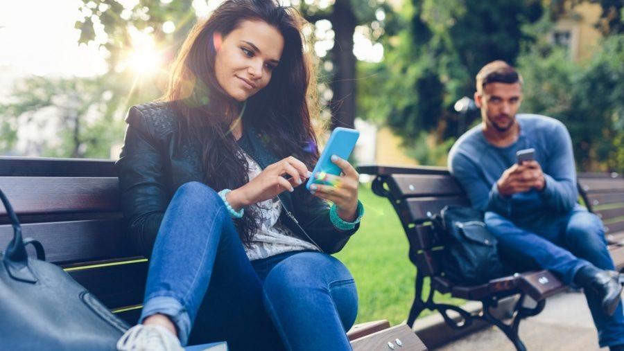 девушка в телефоне на скамейке