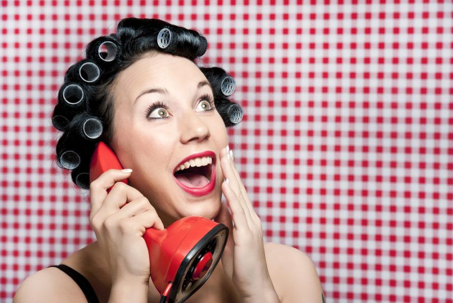 девушка с телефоном в бигудях
