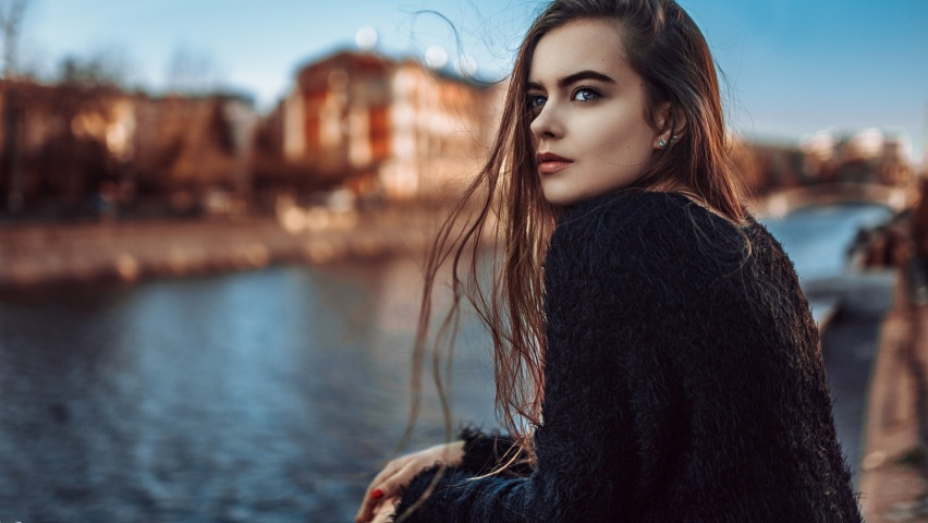 девушка на набережной
